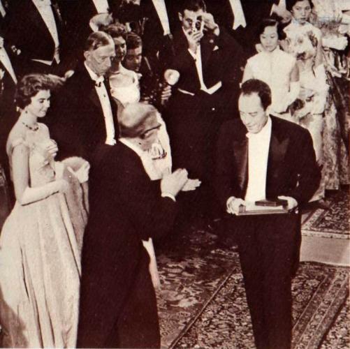Albert Camus recibiendo el Premio Nobel