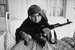 mujer-armenia-casa-ak47
