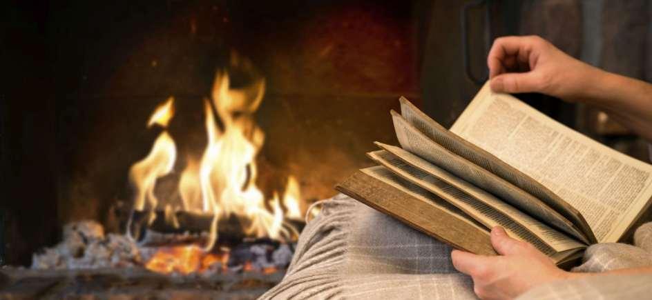 Resultado de imagen de leyendo junto a una chimenea