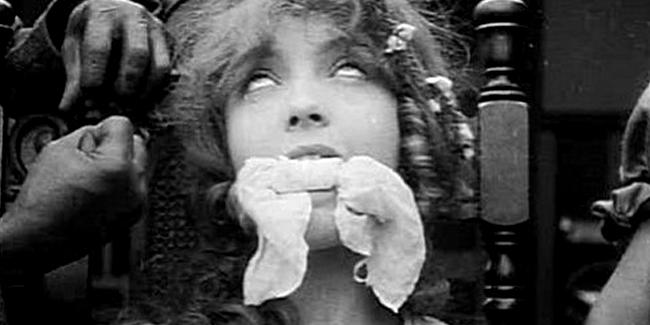 """Lilian Gish en una escena de """"El nacimiento de una nación"""""""