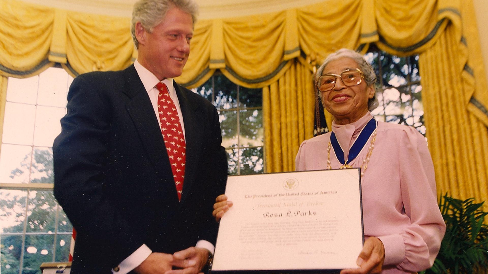 Durante una condecoración junto al presidente Bill Clinton.