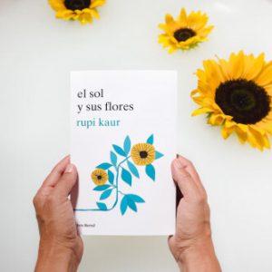 portada del libro el sol y sus flores de Rupi Kaur